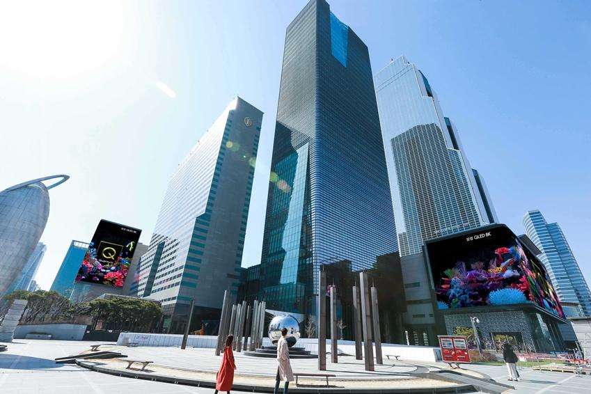 삼성전자가 2019년형 'QLED 8K' TV 출시를 기념해 25일부터 코엑스 일대 옥외광고 자유표시구역의 '케이팝 스퀘어'와 '현대백화점 무역센터점'에 독창적 디지털 사이니지 광고를 해 주목 받고 있다.