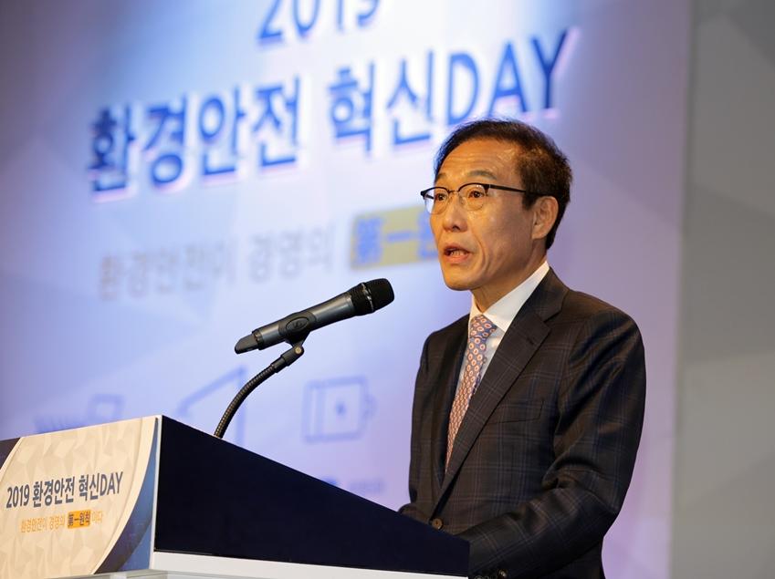 29일 삼성전자 화성캠퍼스 부품연구동(DSR)에서 열린 '2019 환경안전 혁신Day'에서 삼성전자 대표이사 김기남 부회장이 개회사를 하고 있다.