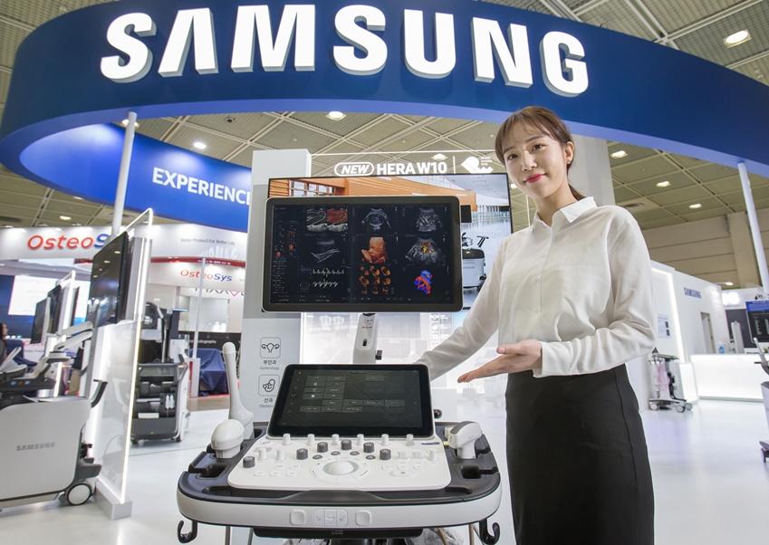 삼성전자 모델이 프리미엄 초음파 진단기기 플랫폼 신제품 'HERA W10'을 선보이고 있다.
