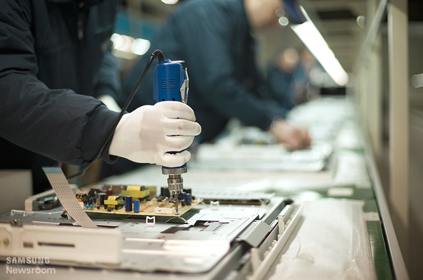 생산 라인 작업자의 모습