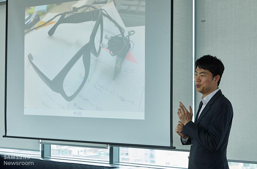▲ 김보년 씨는 삼성투모로우솔루션의 출발점인 안구마우스 '아이캔'을 소개하며 '외부의 문제 의식과 삼성전자의 기술력을 합쳐 세상을 변화시킨다'는 삼성투모로우솔루션의 취지를 설명했다.