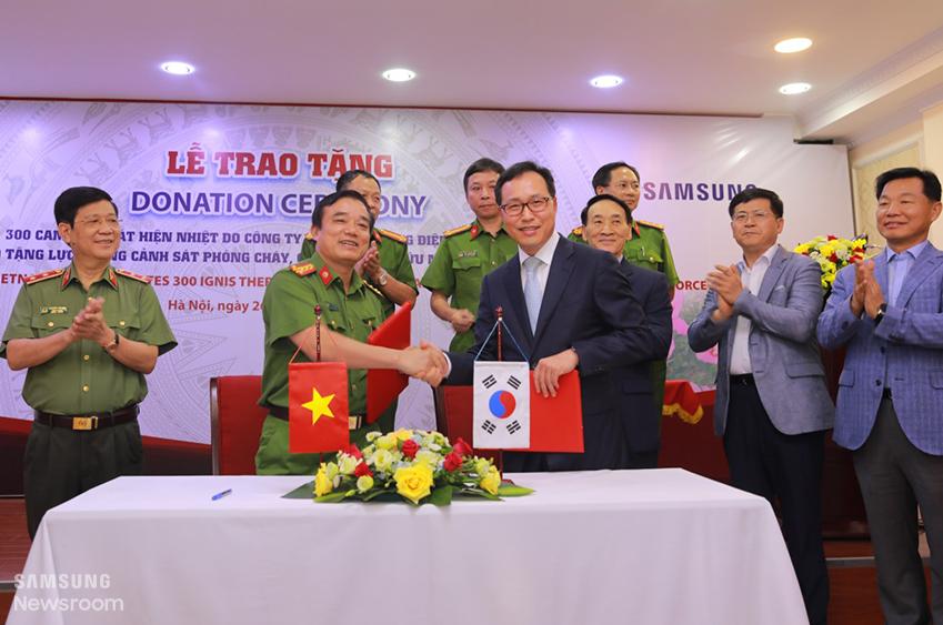베트남 소방청 부청장 쩐 쭝 타잉(Tran Trung Thanh)(왼쪽) 씨와 삼성전자 베트남복합단지장 최주호 부사장(오른쪽)이 악수를 하고 있다.