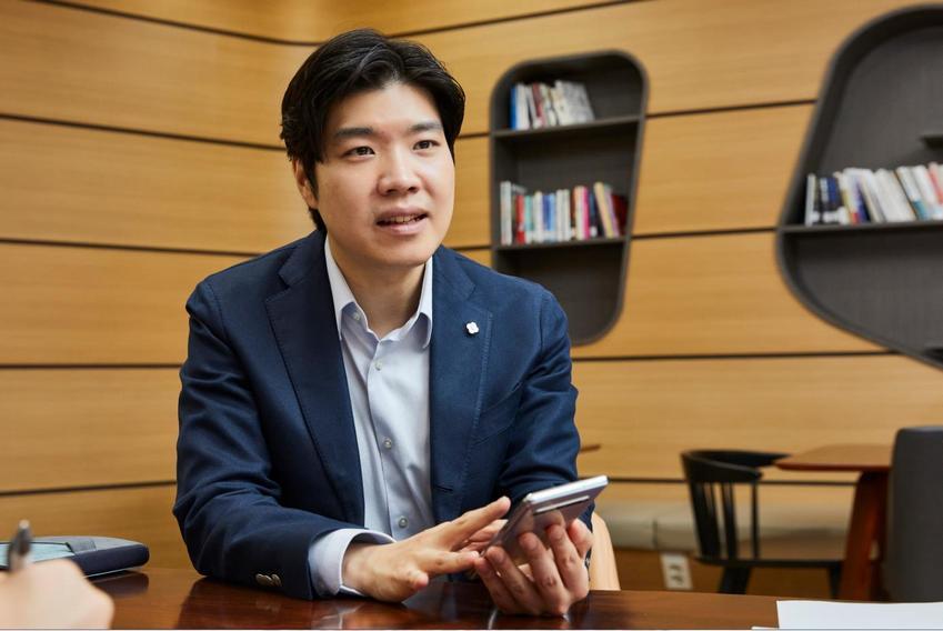 강호성 씨가 갤럭시 S10 5G를 들고 질문에 대답하고 있는 모습.