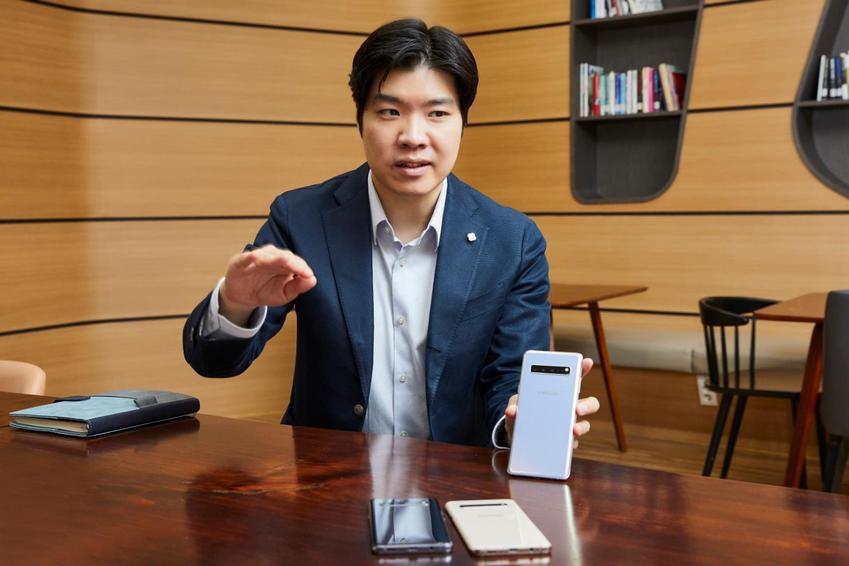 강호성 씨가 갤럭시 S10 5G에 대해 설명하고 있는 모습.
