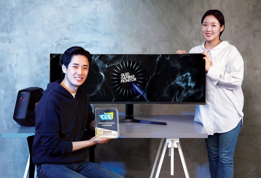 삼성전자 모델들이 8일 국내 출시하는 듀얼 QHD 게이밍 모니터 'CRG9'을 소개하고 있다.
