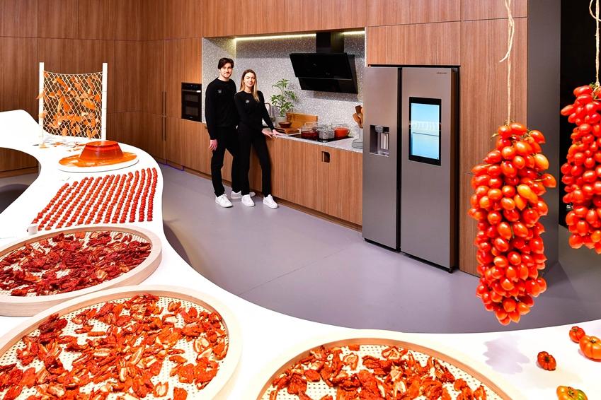 '점심의 방(Day Room)'에는 붉은 색감의 토마토를 소재로 개성 넘치는 조형물을 설치하고 패밀리허브 냉장고를 중심으로 스마트 키친 패키지(Smart Kitchen Package)를 전시함으로써 활기찬 낮 시간의 주방을 표현하고 있다.