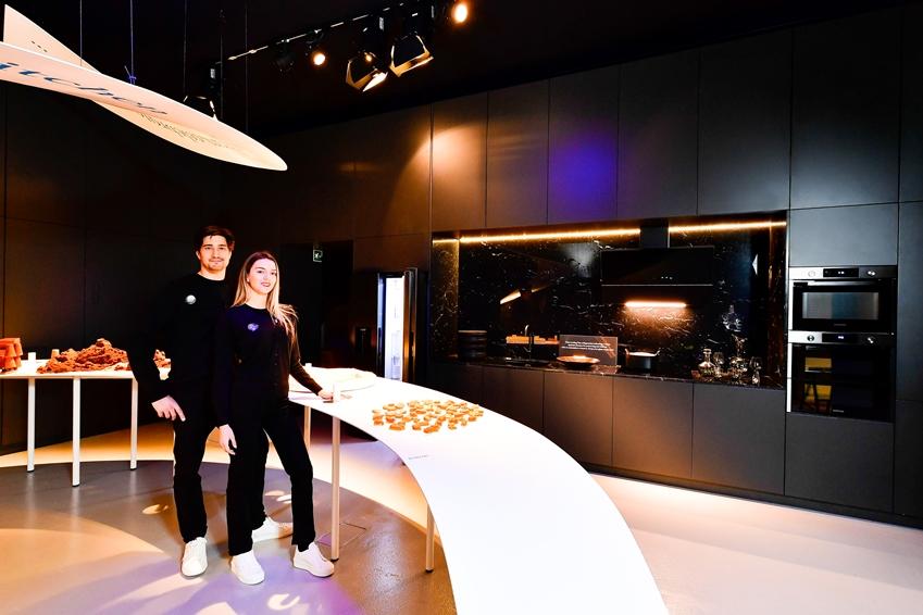 '저녁의 방(Evening Room)'에서는 '블랙 스테인리스 스틸(Black Stainless Steel)' 주방가전 패키지와 설탕을 활용한 디자인 오브제로 고급스러우면서도 편안한 휴식 공간으로서의 주방의 모습을 제안하고 있다.