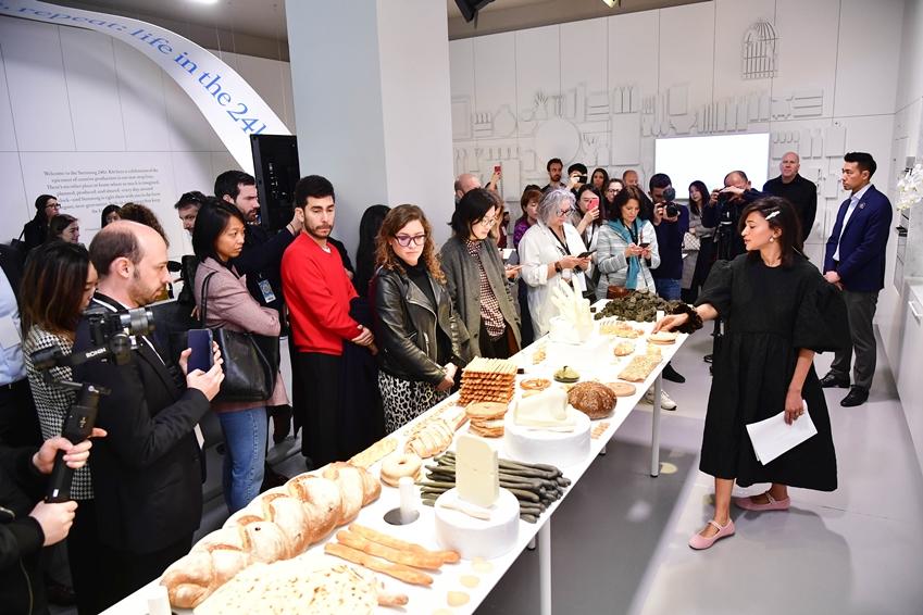 세계적인 푸드 아티스트 '레일라 고하르(Laila Gohar)'가 현지 미디어와 인플루언서에게 식재료로 연출한 예술 작품에 대해 설명하고 있다.