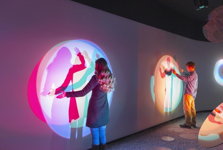 삼성전자는 디자인 철학을 재조명한 '공명(Resonance)'을 주제로 체혐형 전시장을 마련했다. 관람객들의 호흡·소리·움직임과 같은 일상적인 행동이 작품의 형태를 변화시키는 경험을 하고 있다.