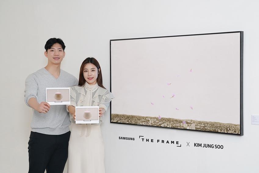 삼성전자 모델들이 삼성 '더 프레임'에 전시된 '진달래-축복' 미디어 아트를 소개하고 있다.