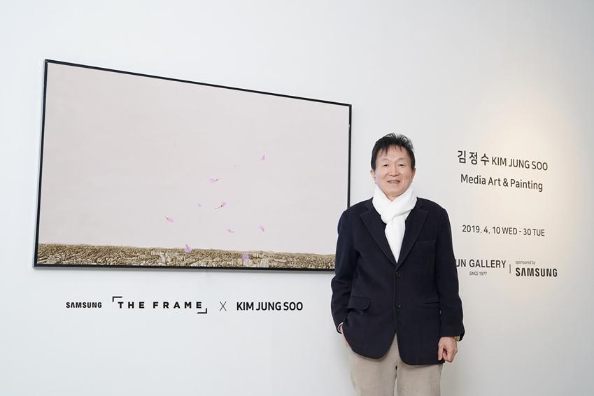 '진달래 작가'로 유명한 김정수 작가가 삼성 '더 프레임'에 전시된 '진달래-축복' 미디어 아트를 소개하고 있다.
