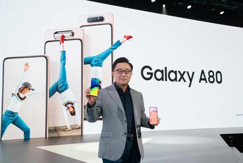 삼성전자 IM부문장 고동진 사장이 4월 10일(현지시간) 태국 방콕에서 진행된 'A 갤럭시 이벤트'에서 갤럭시 최초로 로테이팅 카메라를 탑재한 '갤럭시 A80'을 소개하는 모습