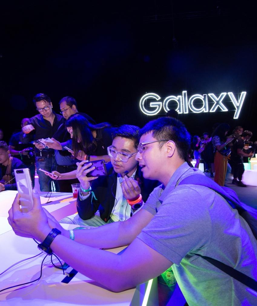 4월 10일(현지시간) 태국 방콕에서 진행된 'A 갤럭시 이벤트' 참석자들이 '갤럭시 A80'와 '갤럭시 A70'를 체험하고 있는 모습