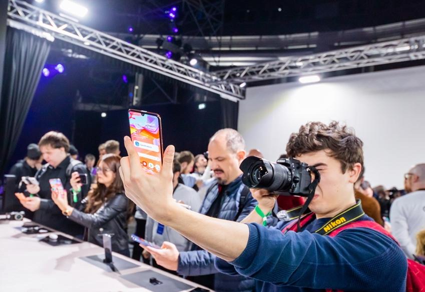 4월 10일(현지시간) 이탈리아 밀라노에서 진행된 'A 갤럭시 이벤트' 참석자들이 '갤럭시 A80'와 '갤럭시 A70'를 체험하고 있는 모습