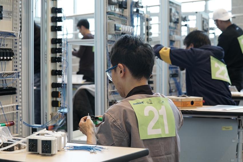 10일 한국기술교육대학교에서 열린 제 12회 '삼성국제기능경기대회'에서 4개 전자 계열사 국내외 임직원들이 전기제어시스템제작 직종 경기과제를 수행하고 있다.