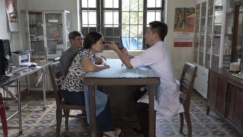 지난해 '삼성 투모로우 솔루션' 임팩트 부문 대상을 수상한 '프로젝트봄'팀의 휴대용 안구질환 검진기기를 활용해 베트남 광찌성 보건소에서 안과 의사가 환자를 진찰하고 있다.