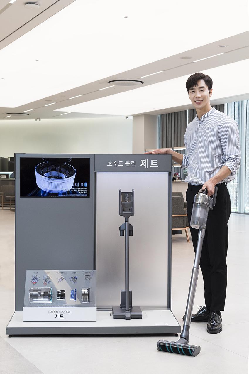 삼성전자 모델이 삼성전자의 프리미엄 무선 청소기 '삼성 제트'를 소개하고 있다. '삼성 제트'는 미세먼지와 알레르기 유발 물질 배출 차단 성능과 인체공학적 디자인 등 소비자의 건강을 배려한 차별화된 기술로 좋은 평가를 받고 있다.