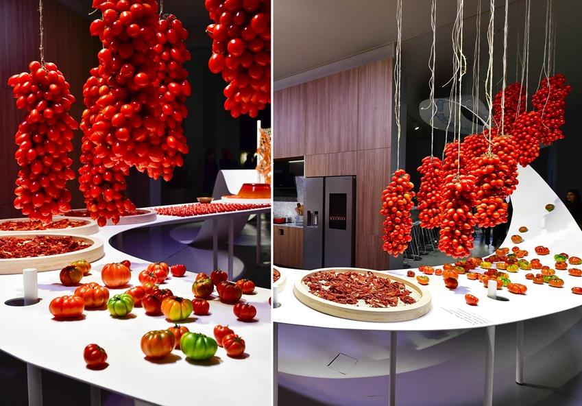 '점심의 방(Day Room)'은 한낮의 주방에 비치는 따스한 빛을 '토마토'의 색감으로 표현했다.