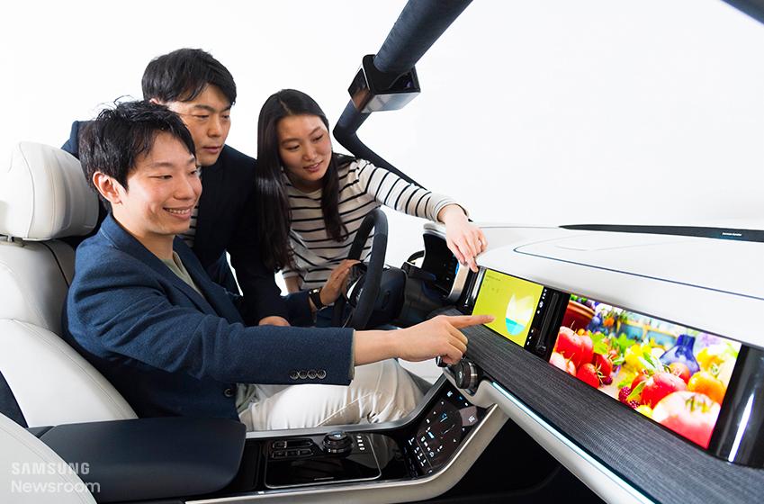 디지털 콕핏 시범 운행중인 개발진들