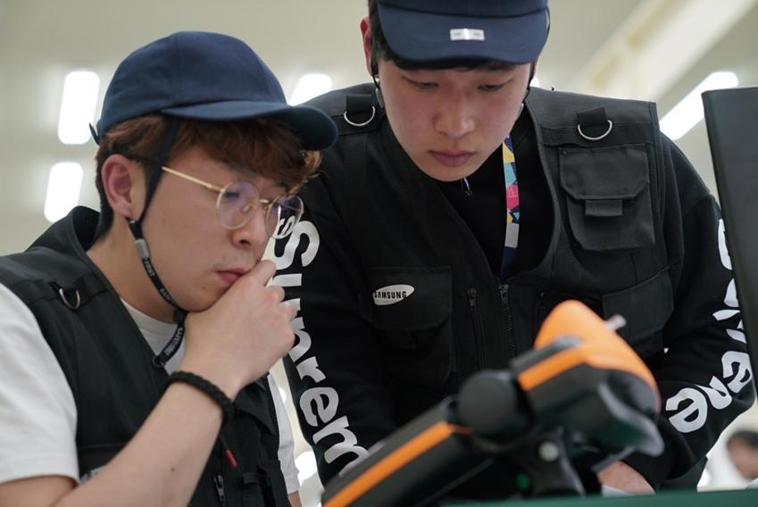 ▲ 삼성전자의 정무룡 씨(왼쪽)와 김세인 씨(오른쪽)가 삼성국제기능경기대회에 참가했다.