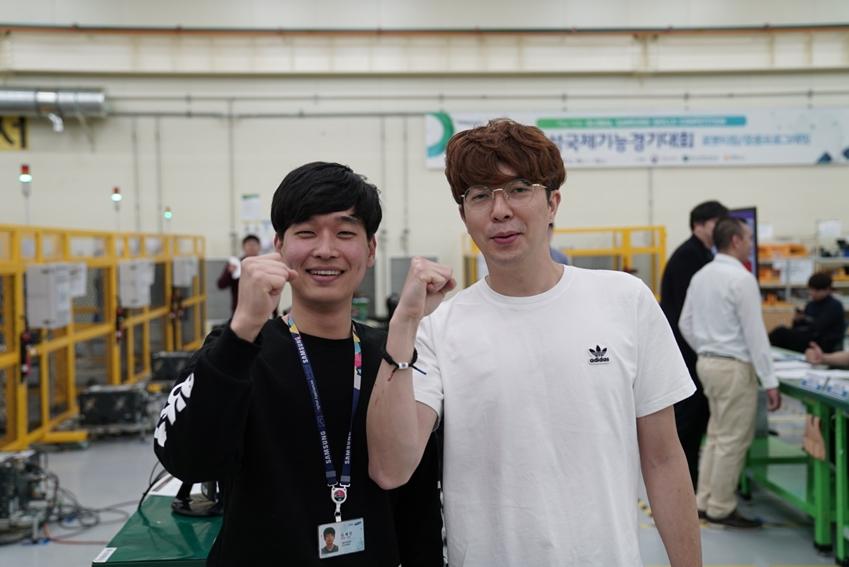 ▲ 김세인 씨(왼쪽)와 정무룡 씨(오른쪽)가 사진 촬영을 위해 포즈를 취하고 있다.