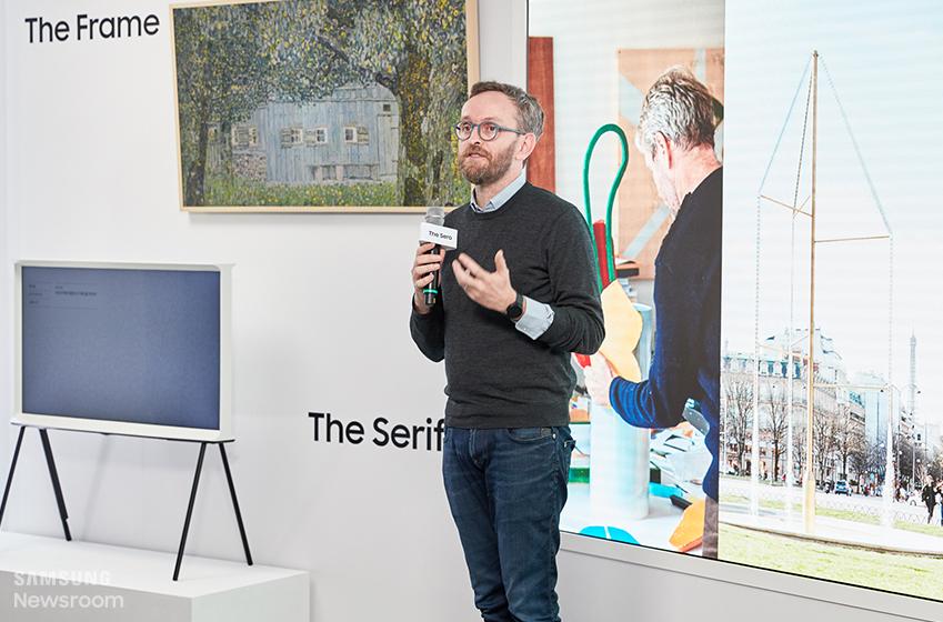 ▲ 에르완 부훌렉이 '새로보다'에서 더 세리프 디자인 콘셉트를 설명하고 있다. 그는 더 세리프를 '밀레니얼 세대의 행동양식에 쉽게 적용되는 새로운 콘셉트'라고 소개하면서 이처럼 기술은 소비자들의 라이프스타일에 맞춰 발전해야 한다고 강조했다.