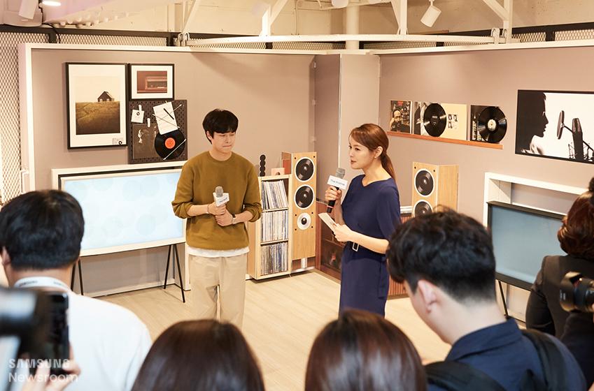 행사 진행을 맡은 통역사 안현모와 디자이너 김충재