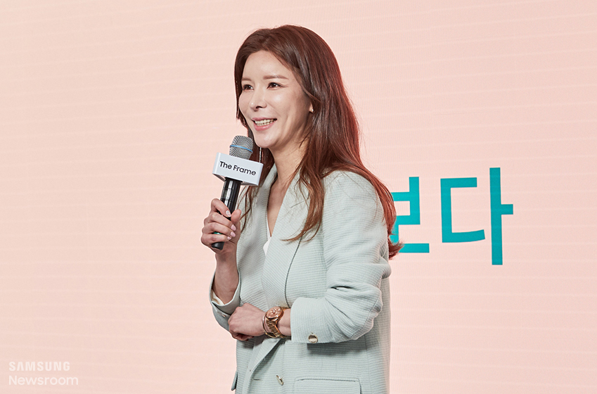 ▲ 경매사 김민서 씨가 더 프레임 체험 후기를 소개하고 있다.