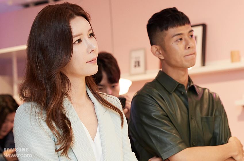 ▲ 경매사 김민서 씨(왼쪽)와 래퍼 빈지노 씨가 라이프스타일 TV 행사에 참여하고 있다. (사진 아래)