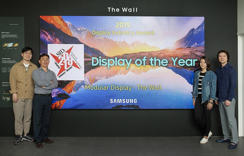 삼성전자의 마이크로 LED 기반 모듈러 디스플레이 '더 월(The Wall)'이 SID(Society for Information Display, 국제정보디스플레이학회)로부터 '올해 최고의 디스플레이'로 뽑혔다. 제품의 상품기획·개발·마케팅에 참여한 삼성전자 직원들이 경기도 수원시에 위치한 삼성전자 디지털시티에서 '더 월'을 소개하고 있다.