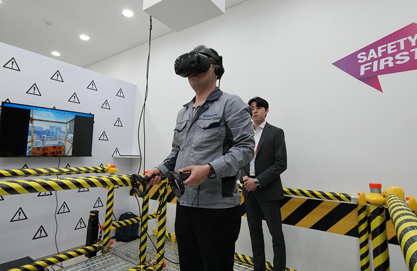 10일 진행된 '삼성전자 DS부문 협력사 환경안전 아카데미' 개관식에 참석한 협력사 직원이 VR(가상현실) 프로그램을 체험해보고 있다.