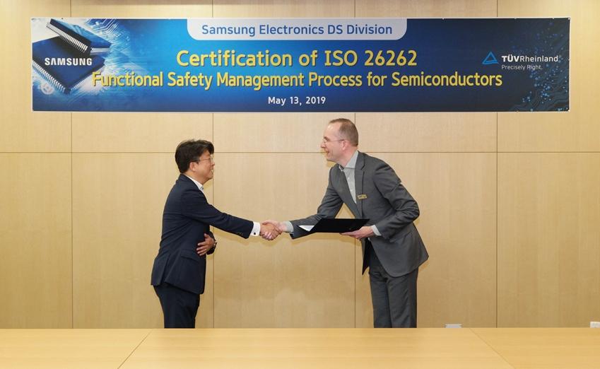 삼성전자가 13일 화성사업장 DSR타워에서 글로벌 시험·인증기관 'TUV 라인란드'로부터 자동차 기능안전 국제 표준 'ISO 26262 기능안전관리(FSM, Functional Safety Management)' 취득을 기념하는 인증서 수여식을 가졌다. 삼성전자 DS부문 부품플랫폼 사업팀 한규한 상무(왼쪽)와 TUV 라인란드 코리아 카스텐 리네만(Carsten Lienemann) 대표이사가 기념 촬영을 하고 있다.