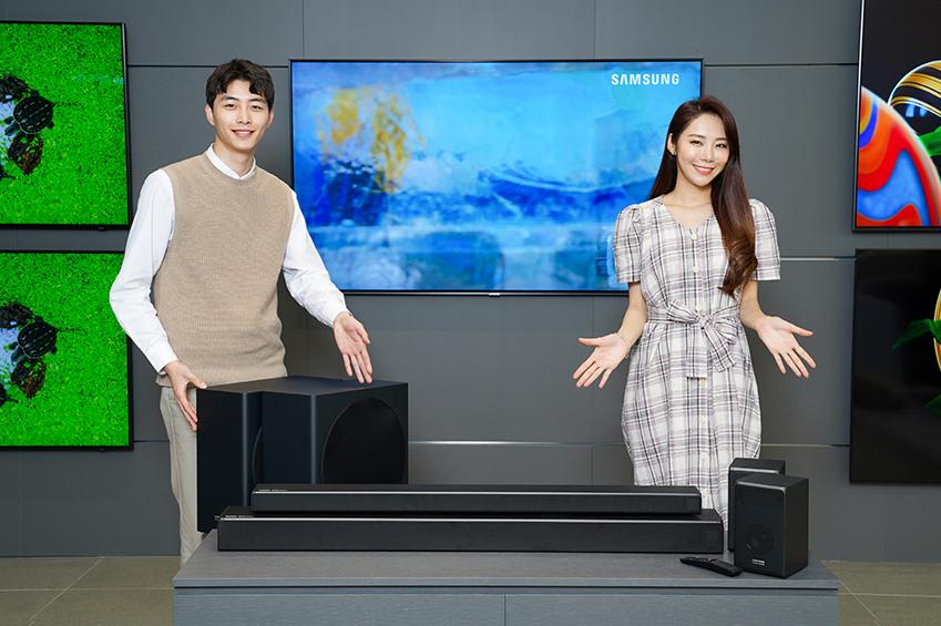 삼성전자가 14일 QLED TV와 함께 사용하기 좋은 사운드바 'Q시리즈' 4종을 삼성 하만카돈 브랜드로 국내 시장에 출시한다. 삼성전자 모델이 7.1.4채널을 지원하는 HW-Q950R과 3.1.2채널을 지원하는 HW-Q750R을 소개하고 있다. 'Q시리즈' 사운드바에는 입체 음향 기술인 돌비사의 애트모스와 DTS사의 DTS:X를 탑재하여 전후좌우뿐 아니라 마치 천장 위에서 소리가 쏟아져 내리는 듯한 입체적인 사운드를 경험할 수 있다. 'Q시리즈' 사운드바는 출고가 기준 HW-Q950R이 180만원, HW-Q850R이 130만원, HW-Q750R이 90만원, HW-Q650R이 60만원이다.