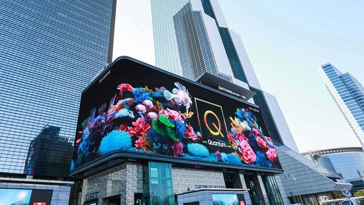 서울 삼성동 코엑스 SM타운 외벽에 설치된 대형 사이니지