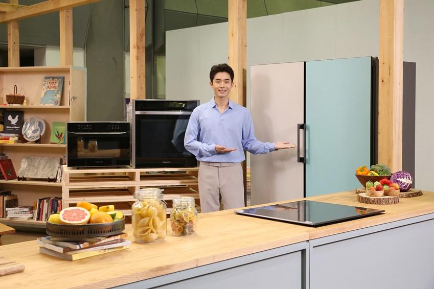 ▲ 서울국제도서전이 19일 코엑스에서 개막한 가운데, 요리 관련 서적 코너에 마련된 쿠킹스튜디오에 삼성전자의 맞춤형 냉장고 '비스포크(BESPOKE)' 와 셰프컬렉션 오븐, 전기레인지 인덕션 등이 전시된다. 전시 기간 동안 유명 셰프들과 요리책 저자들이 이 공간에서 책과 음식의 만남을 주제로 삼성 비스포크 냉장고 등을 활용해 다양한 요리 시연에 나설 예정이다.