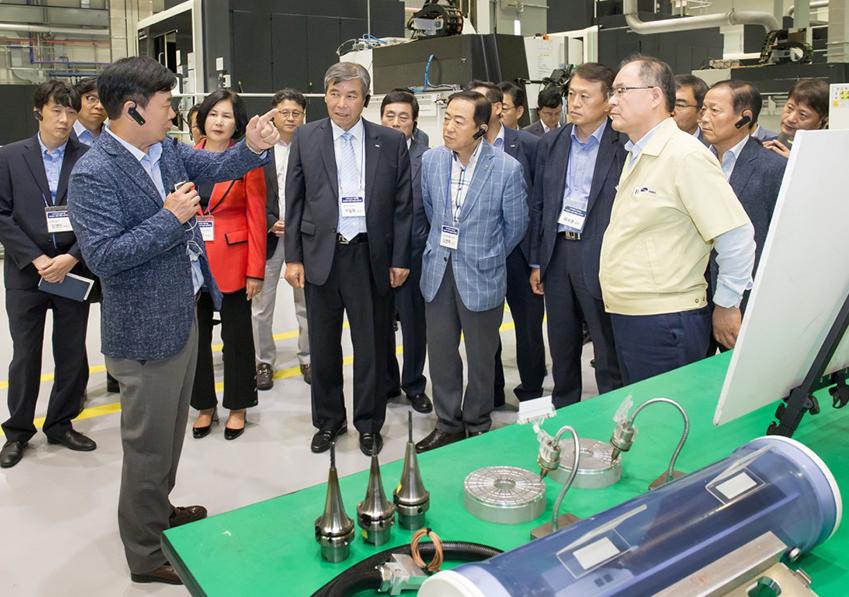 스마트공장 구축지원 사업에 참여한 중소기업 대표들이 삼성전자 광주사업장 그린시티 내 스마트공장인 '정밀금형개발센터'를 둘러보고 있다.