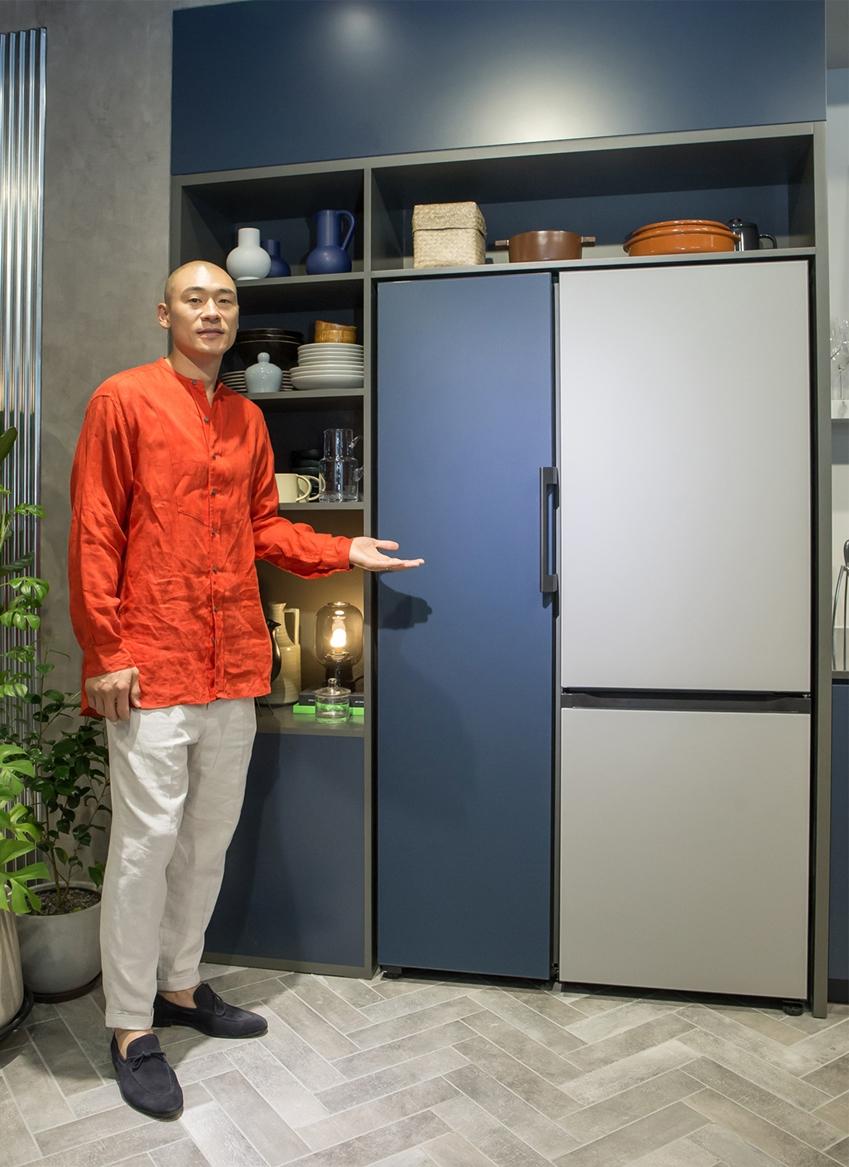 삼성전자 모델이 강남구 도산대로에 위치한 삼성디지털프라자 강남본점에서 나만의 제품 조합이 가능하고 색상·재질 등 나만의 디자인을 선택할 수 있는 맞춤형 가전 비스포크 냉장고를 소개하고 있다.