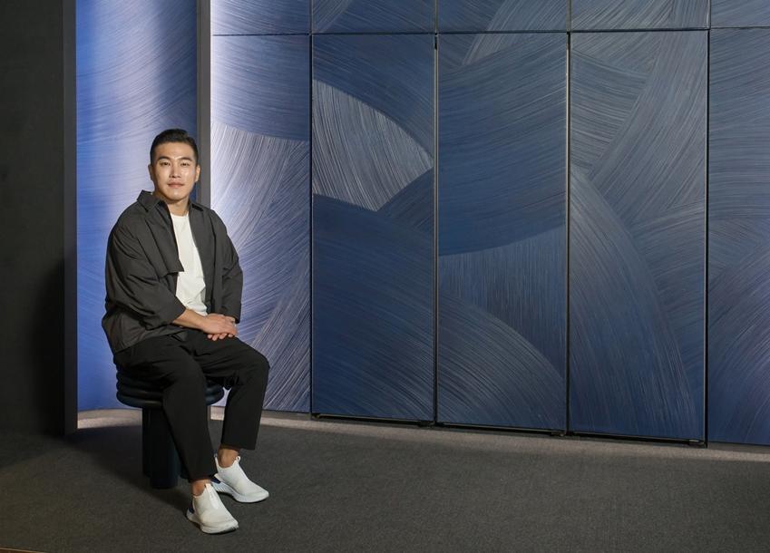 아티스트 콜라보에 참여한 김종완 작가가 강남구 도산대로에 위치한 삼성디지털프라자 강남본점에서 맞춤형 가전 비스포크 냉장고로 구성한 작품을 소개하고 있다.
