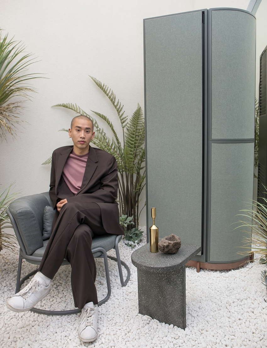 아티스트 콜라보에 참여한 문승지 작가가 강남구 도산대로에 위치한 삼성디지털프라자 강남본점에서 맞춤형 가전 비스포크 냉장고로 구성한 작품을 소개하고 있다.