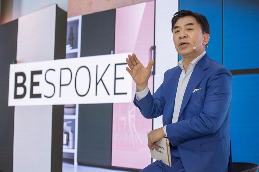 김현석 삼성전자 대표이사가 생활가전 사업의 새로운 비전인 '프로젝트 프리즘(Project PRISM)'과 맞춤형 가전 시대를 여는 첫번째 신제품 비스포크 냉장고를 소개하고 있다.