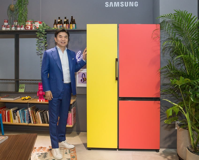 김현석 삼성전자 대표이사가 강남구 도산대로에 위치한 삼성디지털프라자 강남본점에서 나만의 제품 조합이 가능하고 색상·재질 등 나만의 디자인을 선택할 수 있는 맞춤형 가전 비스포크 냉장고를 소개하고 있다.