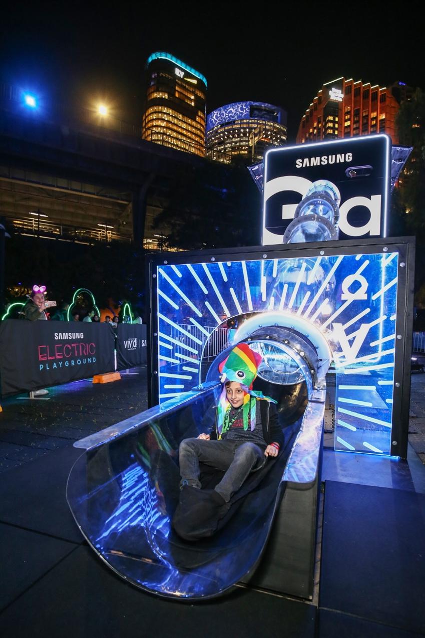 호주 시드니에서 열리고 있는 '시드니 비비드'에 오픈한 '삼성 일렉트릭 플레이 그라운드'에서 소비자들이 '갤럭시 S10 5G' 등 삼성전자의 다양한 최신 제품을 체험하고 있는 모습