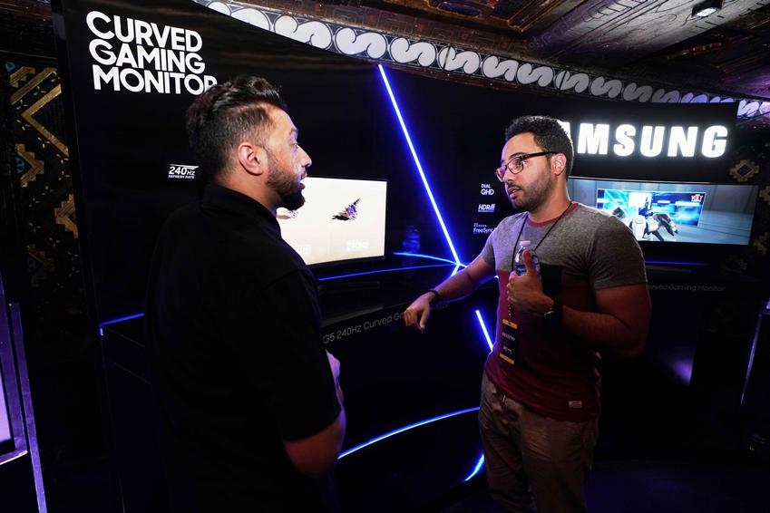 미국 로스앤젤레스 마얀 극장(The Mayan Theater)에서 열린 PC 게이밍 쇼(PC Gaming Show) 현장 키오스크에서 삼성전자 미국 임직원이 게임 업계 관계자들에게 삼성 게이밍 모니터 신제품 'CRG5(27형)'을 소개하고 있다.