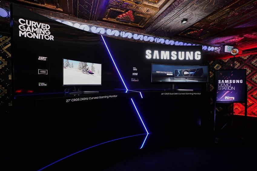미국 로스앤젤레스 마얀 극장(The Mayan Theater)에서 열린 PC 게이밍 쇼(PC Gaming Show) 현장 키오스크에 'CRG5(27형)'이 전시되어 있다.