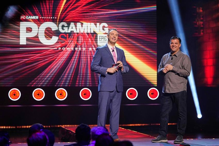 미국 로스앤젤레스 마얀 극장(The Mayan Theater)에서 열린 PC 게이밍 쇼(PC Gaming Show) 무대 위에서 왼쪽부터 미국 eSports 전문 사회자 숀 플롯(Sean Plott)과 삼성전자 미국 법인 모니터 PM 딘 델셀로(Dean Delserro)가 삼성 게이밍 모니터 신제품 'CRG5(27형)'를 소개하고 있다.