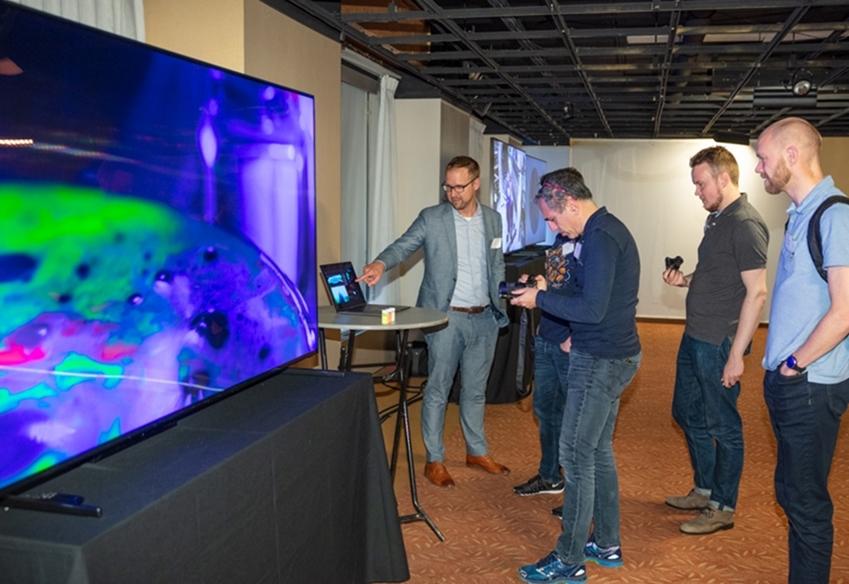 디스플레이 업계 전문가들이 현지시간 11일 미국 뉴욕 맨해튼에서 열린 '8K 디스플레이 서밋'에서 삼성 QLED 8K TV로 8K 화질을 체험하고 있다.