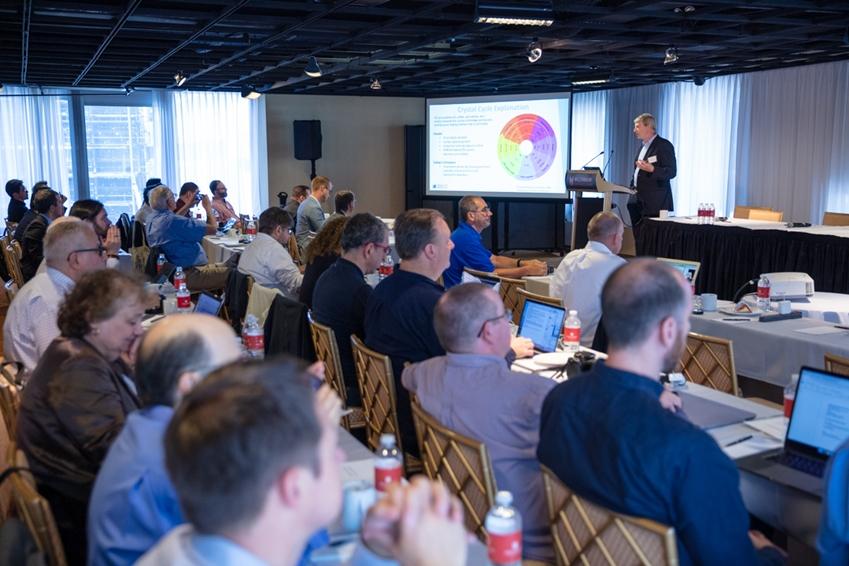 디스플레이 업계 전문가들이 현지시간 11일 미국 뉴욕 맨해튼에서 열린 '8K 디스플레이 서밋'에서 8K 기술과 시장 현황에 대한 설명을 듣고 있다.
