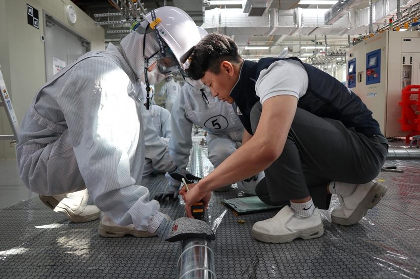 삼성전자가 지원하는 '반도체 정밀 배관 기술 아카데미'에서 교육생들이 실무 교육을 받고 있다.