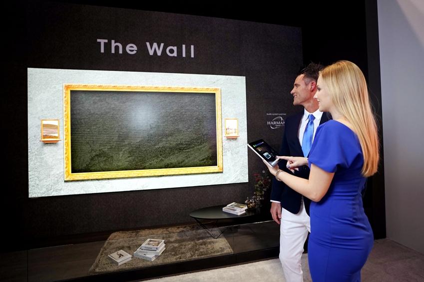 삼성전자 모델이 현지시간 12일 미국 올랜도에서 열리는 세계 최대 규모의 전문 AV(AudioVisual) 전시회 '인포콤 2019 (Infocomm 2019)'에서 '더 월 럭셔리' 146형 제품을 소개하고 있다.