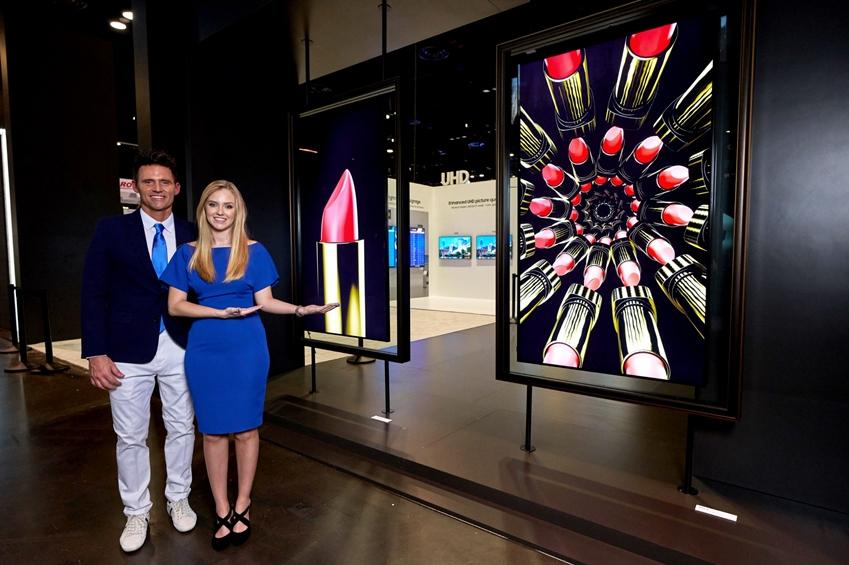 삼성전자 모델이 현지시간 12일 미국 올랜도에서 열리는 세계 최대 규모의 전문 AV(AudioVisual) 전시회 '인포콤 2019 (Infocomm 2019)'에서 'QLED 8K 사이니지'를 소개하고 있다.